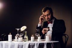 потревоженный человек смотря вахту пока ждущ романтичную дату Стоковое Фото