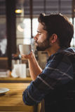 Потревоженный человек выпивая кофе Стоковое Фото