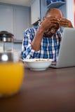 Потревоженный человек используя компьтер-книжку Стоковое Изображение RF