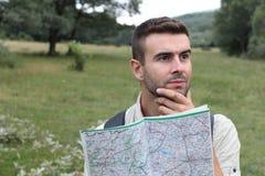Потревоженный человек потерял смущенный пеший туризм смотрящ карту Стоковое Изображение