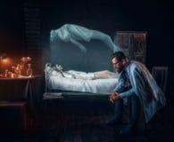 Потревоженный человек против мертвой женщины, души вышел тело стоковая фотография rf