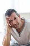 Потревоженный человек сидя на кровати Стоковые Фотографии RF