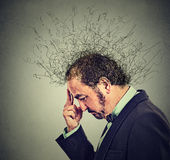 Потревоженный человек с потревоженным усиленным выражением стороны и мозг плавя в линии Стоковое Изображение