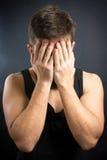 Потревоженный человек с руками на стороне Стоковая Фотография