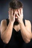 Потревоженный человек с руками на стороне Стоковое фото RF