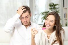 Потревоженный человек с тестом на беременность стоковое фото rf