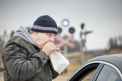 Потревоженный человек дышает в бумажную сумку Стоковая Фотография RF