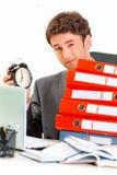 потревожьте удерживание бизнесмена неудовлетворенное часами Стоковая Фотография
