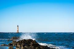 Потрясающий вид маяка острова Моррис в Чарлстоне Южной Каролине стоковые фото