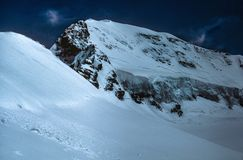 Потрясающий снег покрыл швейцарца Альпов против голубого неба Стоковое Фото