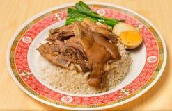 Потушенная нога свинины на рисе с вареным яйцом, традиционной едой в Таиланде стоковые изображения rf