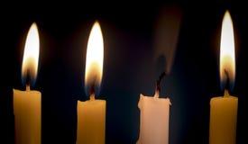Потушенная свеча среди горя одних с дымом над задней частью темноты Стоковое Изображение