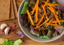 Потушенное мясо в плите с салатом Стоковое Фото
