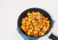 Потушенное мясо с картошками, луком и морковью стоковое фото rf