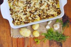 Потушенные картошки с кусками баклажана под расплавленными сыром и чесноком Стоковые Фото