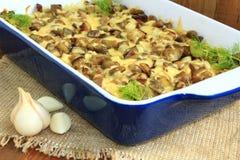 Потушенные картошки с кусками баклажана под расплавленными сыром и чесноком Стоковое Изображение RF
