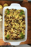 Потушенные картошки с кусками баклажана под расплавленными сыром и чесноком Стоковое Фото