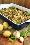 Потушенные картошки с кусками баклажана под расплавленными сыром и чесноком Стоковое Изображение