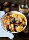 Потушенные картошки с луком, грибами, морковью, розмариновым маслом и чесноком в оливковом масле Стоковое Фото