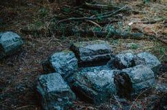 Потушенный костер в туристском лагере Место лагерного костера огражено с камнями Последний вечер Швырок на заднем плане Без p стоковые фотографии rf