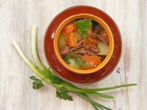 Потушенный кролик с гуляшем овощей в медном баке на деревянной поверхности, зажаренном в духовке мясе говядины с морковью, лук-по Стоковые Изображения RF