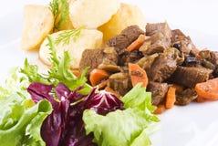 потушенный стейк салата картошек говядины Стоковые Фотографии RF