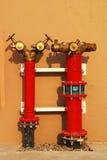 потушите воду гидранта пожарных рукавов Стоковая Фотография