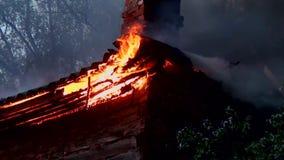 Потушите горение старого деревянного дома видеоматериал