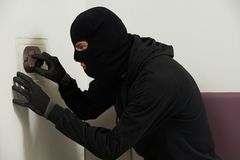 Похититель в маске во время безопасный codebreaking стоковые фото