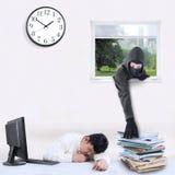 Похититель крадя документ в офисе Стоковые Фото
