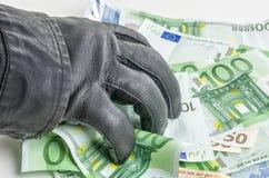 Похититель с кожаной перчаткой хватает некоторые счеты Стоковое Фото