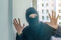 Похищение ограбления ножа домашнее ломает в кондоминиум Стоковое Изображение RF