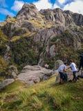 Поход семьи через горы под голубым небом стоковые изображения