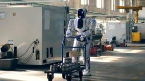 похожее на Человеческ droid управляет вагонеткой с контейнерами металла сток-видео