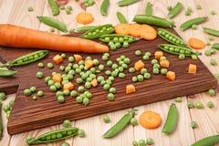 похожие моркови шара закрывают вещи горохов метафоры еды здоровые совместно Стоковое Изображение RF
