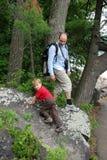 Поход семьи вокруг озера дьявол, Висконсина, США стоковое изображение rf