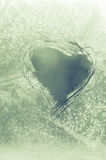 Поцарапанное сердце на морозном окне Стоковая Фотография