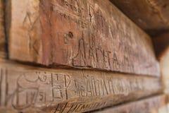 Поцарапанные надписи на деревянных балках Стоковые Фотографии RF