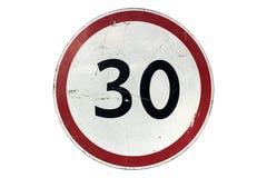 Поцарапанный вокруг белого дорожного знака с красным ограничением в скорости 30 ` границы Стоковые Изображения