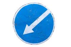 Поцарапанный вокруг голубого ` дорожного знака держите левое ` изолированный на белизне Стоковое Фото