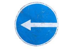 Поцарапанный вокруг голубого поворота ` дорожного знака вышл ` изолированный на белизну Стоковые Фотографии RF