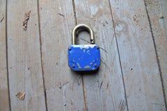 Поцарапанный и голубой padlock стоковое фото rf