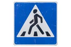 Поцарапанный пешеходный переход ` ` дорожного знака изолированного на белизне стоковое фото