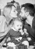 Поцелуйте меня отец, мать и ребенок doughter Любовь и доверие в семье Бородатые человек и женщина с маленькой девочкой t стоковые изображения