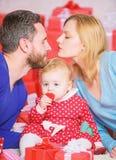Поцелуйте меня отец, мать и ребенок doughter Любовь и доверие в семье Бородатые человек и женщина с маленькой девочкой t стоковое изображение rf