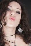 поцелуй воздуха посылает детенышам женщины Стоковые Изображения