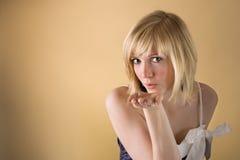 поцелуй девушки воздуха посылая подросток Стоковое Фото