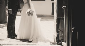 Поцелуй жениха и невеста вне церков Стоковое Изображение RF