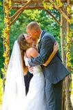 Поцелуй жениха и невеста свадебной церемонии стоковые фото