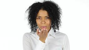 Поцелуй летая женщиной Афро американской в влюбленности Стоковые Фото